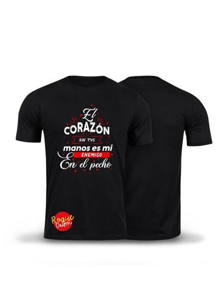 Camiseta: EL CORAZÓN SIN TUS MANOS ES MI ENEMIGO EN EL PECHO.